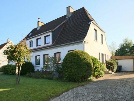 Doppelhaushälfte auf einem eingewachsenen Grundstück in beliebter, zentrumsnaher Lage.