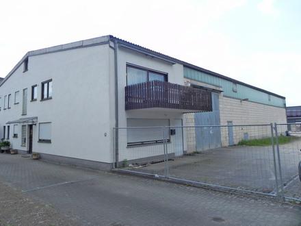 Leerstehende Gewerbehalle mit Büros, Sanitärräumen und einer Wohnung