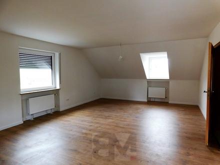 Renoviert und hell 3 Zimmer-Dachgeschoss-Wohnung mit Balkon sucht neuen Eigentümer.