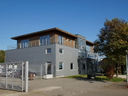 Repräsentatives Bürogebäude mit Lagerhalle