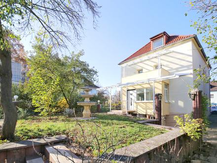 Gepflegtes, zentrumsnahes Mehrfamilienhaus mit vier Wohneinheiten, Garten und Garagen!