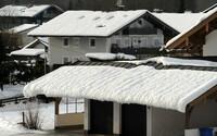 Hausbesitzer sollten Schneelast des Dachs kennen