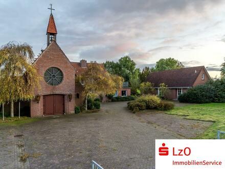 Historisches Kirchengelände mit drei Gebäuden