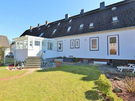 TT Immobilien bietet Ihnen: Unkonventionelles Reihenhaus mit Carport, Sommergarten und Vollkeller!