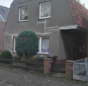 Ein- bis Zweifamilienhaus mit Nebengebäude und sehr großem Grundstück in einer Seitenstraße
