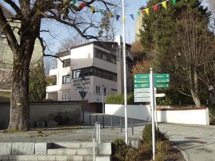 Schöne Gaststätte mit Hotel am Fuße der Ritterburg
