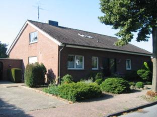 Schicke DG Wohnung mit Einbauküche in guter ruhiger EFH Wohnlage.. Ideal auch als Zweitwohnung.