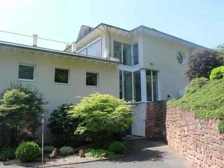 Beeindruckendes Niedrigenergie-Doppelhaus auf einem riesigen Grundstück in imposanter Lage.