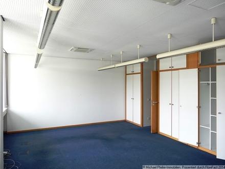 Blick ins Büro mit Einbauschränken