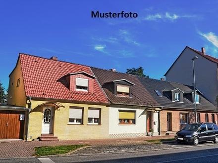 Einfamilienhaus mit Garage und Carport