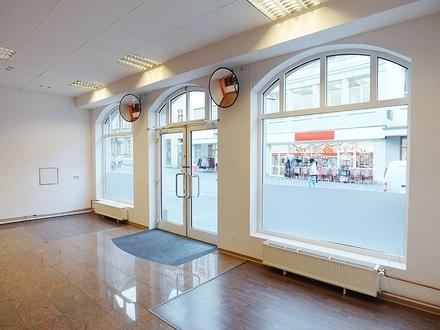 Schickes Ladengeschäft mit großer Schaufensterfront in Coburg, Fußgängerzone