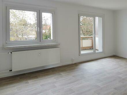 **Frisch renoviert** 3-Zimmer mit Balkon // Bad mit Wanne // PVC-Belag // ab sofort