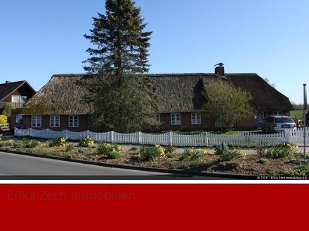 Charmantes Reetdachhaus mit Einliegerwohnung in 25917 Achtrup
