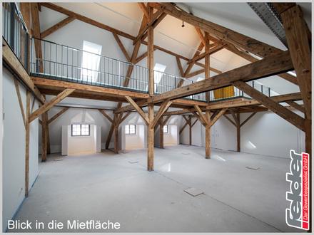 Loftbüro im Dach einer historischen Fabrik