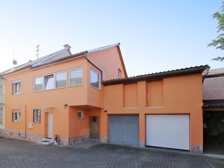 Schöne Doppelhaushälfte in ruhiger Lage mit Garten und zwei Garagen!