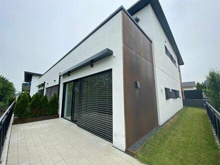 Neuwertige 2 - Zimmer EG Wohnung mit Terrasse in Neukirchen !