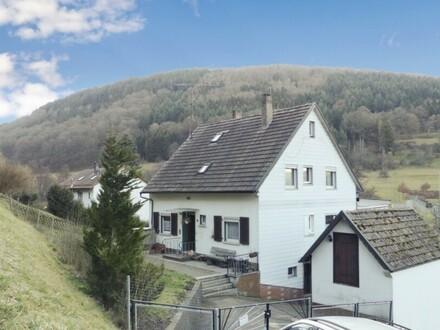 Ein- oder Zweifamilienhaus mit großem Grundstück und 3 Garagen