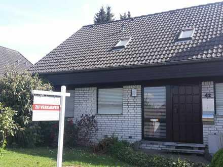 Interessantes Zweifamilienhaus mit Garten, Carport & zwei Fertiggaragen in Unna zu verkaufen