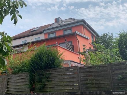 Schöne Doppelhaushälfte mit Dachterrasse, Garten und Garage