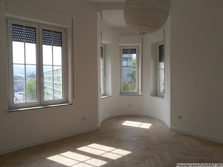 Große 5-Zimmer Altbau-Wohnung mit Balkon
