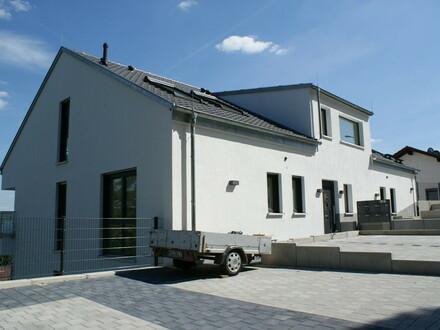 Neubau: Moderne 3-Zi.-Wohnung mit Einbauküche und Balkon