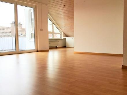 Hohe Räume! Mega Aussicht!Schöne 3 Zi-DG-Wohnung m. EBK,Tiefgarage+Stellplatz, 2 Balkone, HM-Service