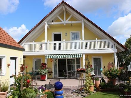 LAYER IMMOBILIEN: Gepflegtes Einfamilienhaus in ruhiger Lage mit Doppelgarage und schönen Garten