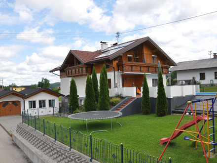 Wohnhaus mit Terrasse und Pool