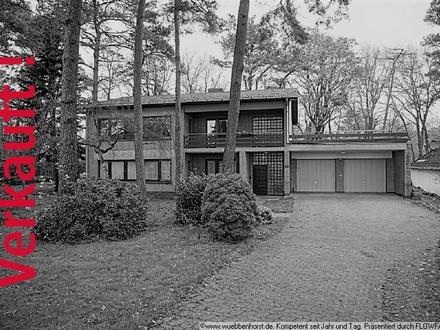 Großes Zweifamilienhaus mit 2 Garagen und großem Grundstück in Hatterwüsting