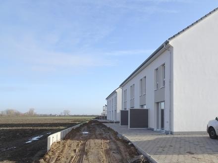 BE FIRST: Neubau-Reihenendhaus mit trendiger Ausstattung in naturnaher Lage von Osthofen!