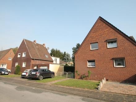 Ideal für 2 Generationen - 2 gegenüberliegende Doppelhaushälften mit riesigem Grundstück...