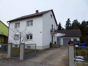 Älteres Zweifamilienhaus mit großem Grundstück