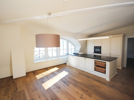Wohnraum mit offen gestalteter Küche