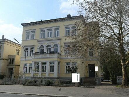 Offene Dachgeschosswohnung im Loft-Stil mit Stellplatz & EBK direkt in der Innenstadt