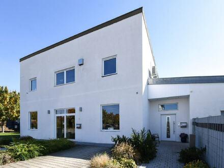 Neulußheim: Neuwertige Gewerbeimmobilie mit großer Wohnung und großem Grundstück mit Möglichkeiten zur Erweiterung