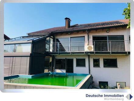 Wohnen und Arbeiten unter einem Dach: Wohnhaus mit Gewerbehalle in Korb