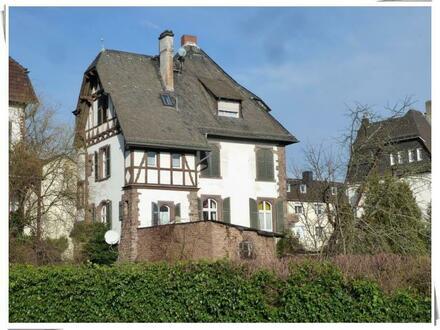 ** Geisenheim: Denkmalgeschützte Villa am Ortsrand mit drei Wohnungen **