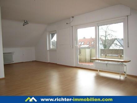 Ilvesheim: Großzügige Wohnung unterm Dach mit Einbauküche und XL-Balkon