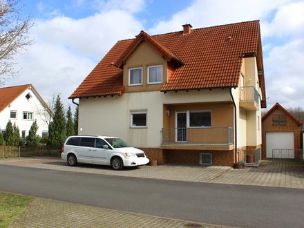 Hausfront mit Garage/ Kfz-Stellplätzen