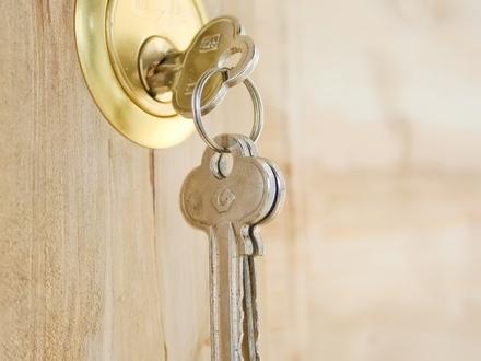 2 Wohnungen derzeit als Zahnarztpraxis vermietet 5 % Rendite