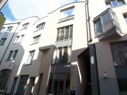 Zwei-Zimmer-Wohnung mit Küche und Balkon im Schnoor