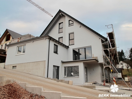 BERK Immobilien - DHH mit Einliegerwohnung und Carport zur Fertigstellung