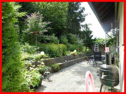 Großzügiges, freistehendes Haus mit integrierter Garage, Terrasse und Balkon auf sonnigem Grundstück