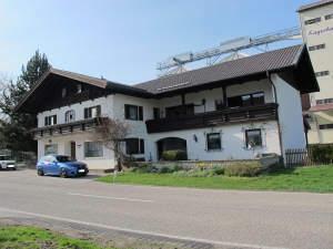 ..sehr solides Einfamilienhaus m. Einliegerwohnung, Garagen in ländl. Umgebung mit kleinem Grundstück