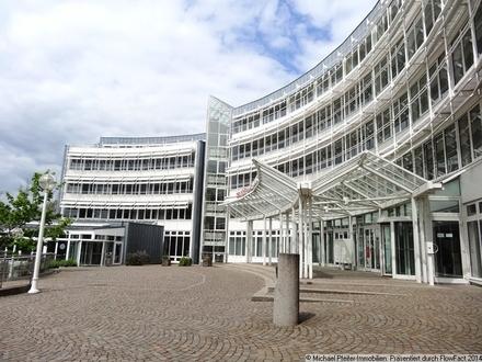 Hauptgebäude und Zugang ins Foyer