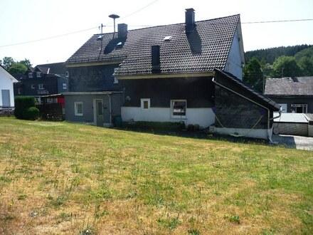 Viel Platz&teilweise modernisiert! Zweifamilienhaus mit Garagen&ebenem Garten in Wilnsdorf-Wilden