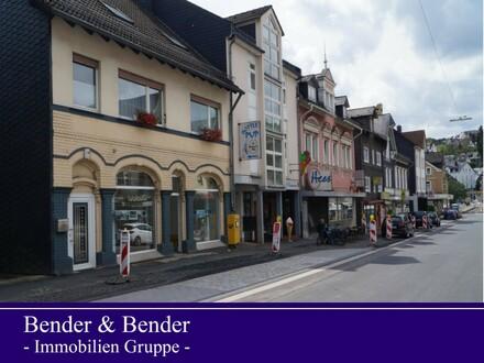 Attraktives, helles Ladenlokal mit einladender Fassadengestaltung in belebter Geschäftsstraße