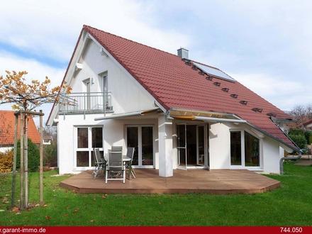 Energieeffizientes Einfamilienhaus mit Doppelgarage und ebenem Garten