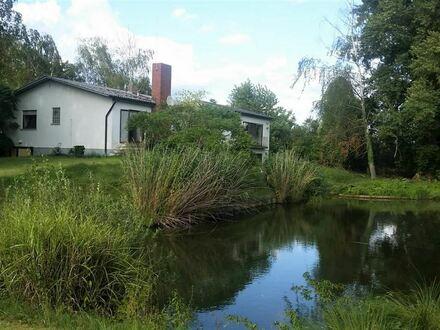Haus in Alleinlage mit großem Grundstück sowie See und Halle
