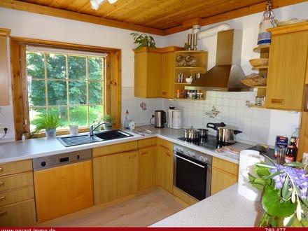 * Finnisches Blockhaus mit Lagerhalle, Ausstellungsfläche, Parkplätze und Garten *
